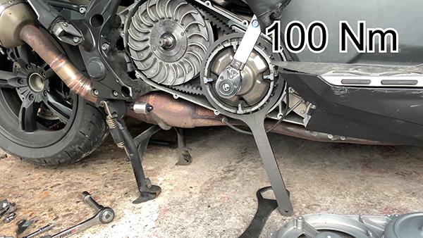 Apriete la tuerca del variador de velocidad al par recomendado por el fabricante.