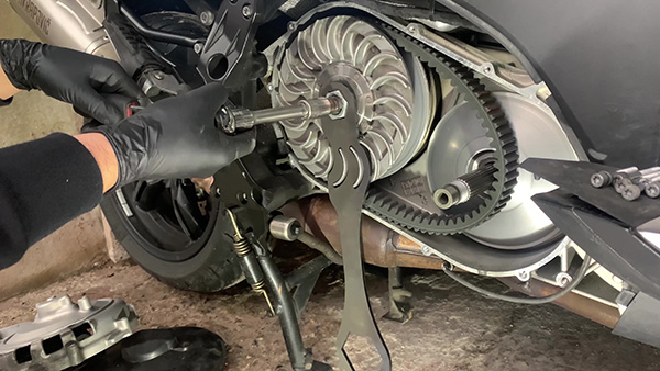 Desmontar el conjunto polea-embrague del BMW C600 y C650.