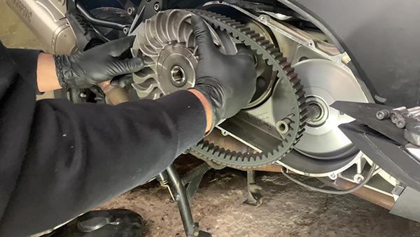 Saque el polea-embrague y retire la correa de la BMW C600 y C650.