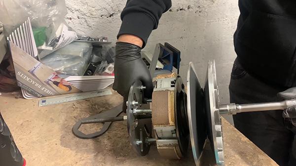 Montaje de la herramienta para soltar la tuerca del embrague