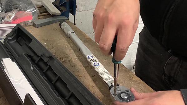 Démonter la platine de la clé dynamométrique (1ère vis)