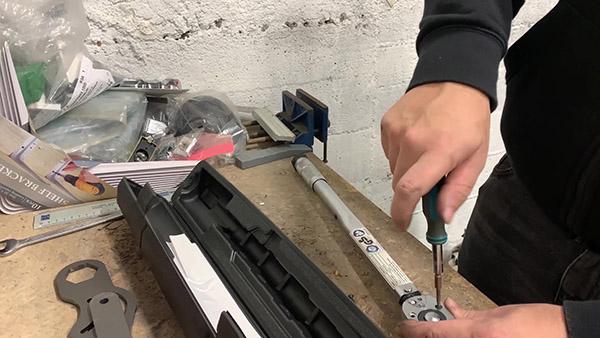 Démonter la platine de la clé dynamométrique (2ième vis)