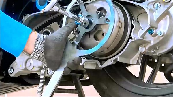 Desserrer l'écrou de la cloche d'embrayage du Honda - Kymco 125