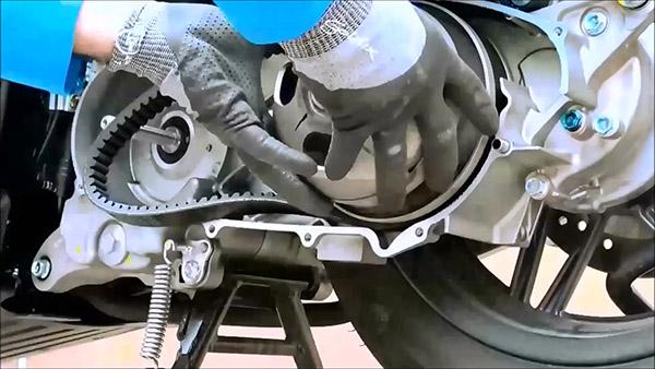 Démonter de la cloche d'embrayage du Honda - Kymco 125
