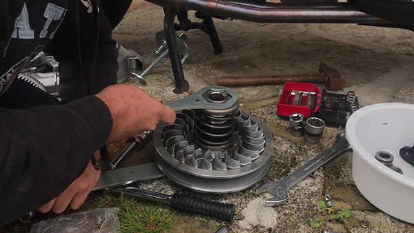 Dismantle the Kymco AK 550 thrust spring