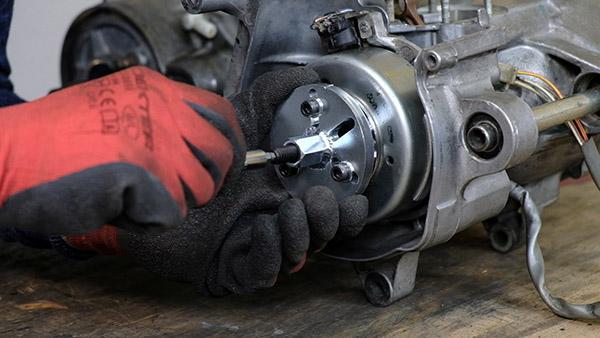 Extraire le rotor d'allumage avec l'arrache volant Easyboost