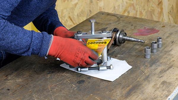 Appliquer un filet de graisse sur la partie avant du décolleur de roulement Easyboost
